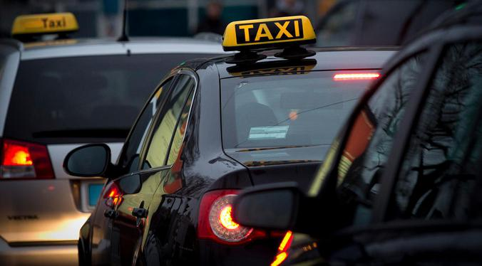 De taxioorlog laait op, en Uber is doelwit