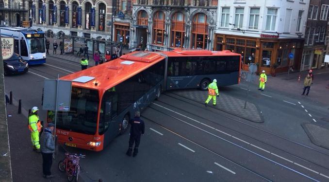Kerende bus blokkeert Nieuwezijds Voorburgwal