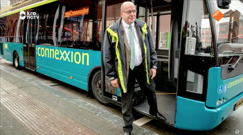 Selfies en applaus voor buschauffeur Fred Teeven